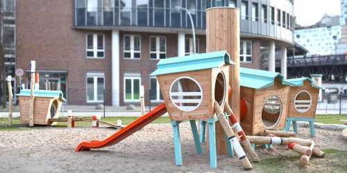 Der Spielplatz befindet sich in einer kleinen Grünfläche zwischen dem Verlagsgebäude und dem (link: https://www.google.de/maps/@53.5436039,9.981975,17z text: U-Bahnhof Baumwall) an der Elbe, im Zentrum von Hamburg. Er dient der Betriebskita und dem Kindergarten als Außenanlage, ist aber auch der Öffentlichkeit zugänglich.