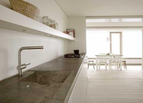 Küchenzeile, MDF, weiß lackiert, mit zweiteiliger Betonarbeitsplatte; Das Spülbecken und die  Arbeitsplatte sind fugenlos ausgeformt, aus einem Guss.