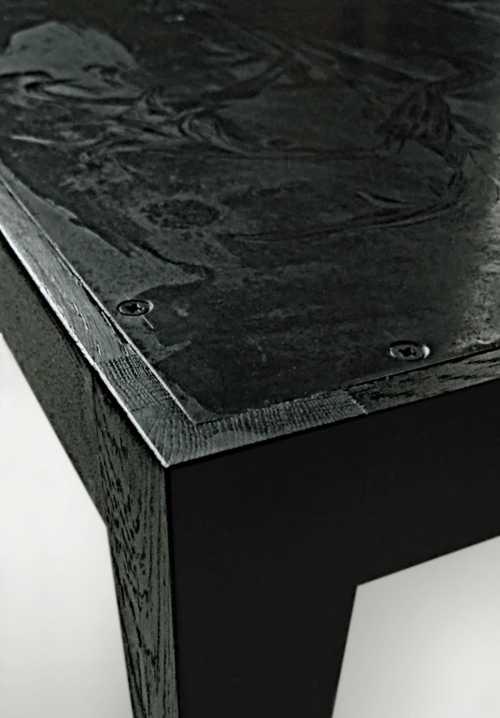 Detail Beistelltisch - schwarz gefärbtes und geöltes Eichenholz,  ornamental geätzte und brünierte Stahlplatte;