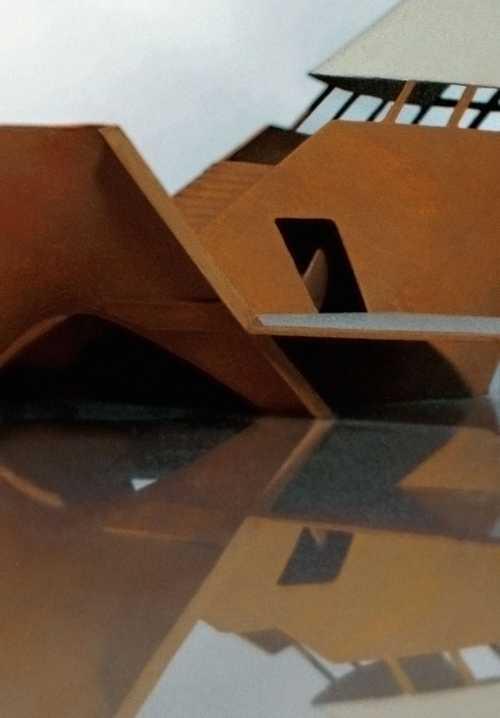 Architekturmodell einer non-konfessionellen Kapelle. Entwurf einer schiffsartigen Hüllenkonstruktion für eine künstliche Bucht in einer ehemaligen Hafenanlage in Helsinki. Modell im Massstab 1:100, tiefgezogener Kunststoff und Acrylglas.