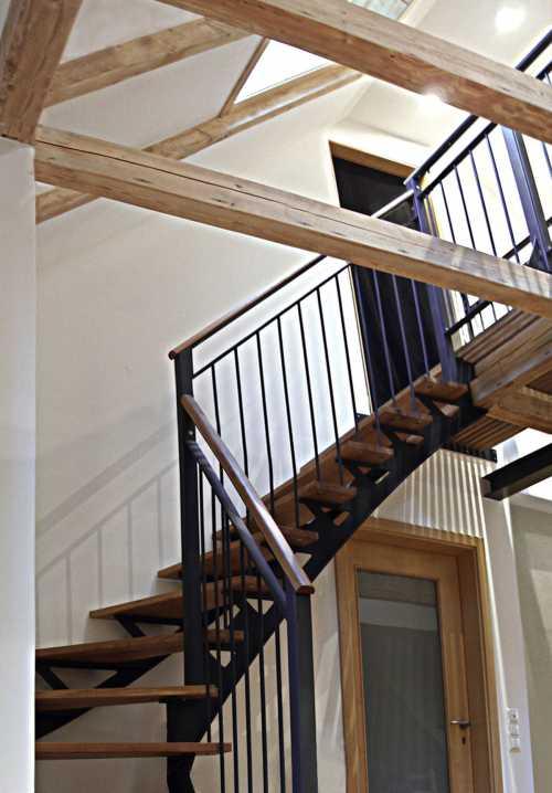 Treppe, Verbindungssteg und Galerie - lackierter Stahl und geöltes Eichenholz;